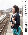 駅のホームで電車を待つ若い女性 14768898