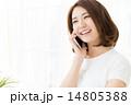 部屋で電話をする女性  14805388
