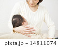 赤ちゃんを抱っこするお母さん 14811074