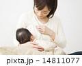赤ちゃんを抱っこするお母さん 14811077