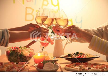 誕生日パーティーで乾杯 14813830