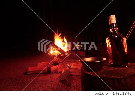 キャンプ場でウイスキーと焚き火 14821846