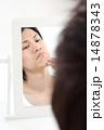 鏡を見ながら気にする若い男性 14878343