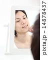 鏡を見ながら微笑む若い男性 14878437