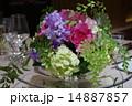 披露宴会場の円卓の華やかなフラワーアレンジメント 14887857