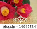 金色の和紙の上の椿のブーケとティアラ 横 14942534