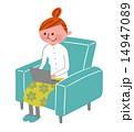 椅子に座ってノートPCを使っている女性 14947089