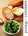 フランスパンとリーフサラダ 14948809