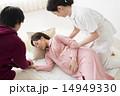 妊婦さんと看護師さんとお母さん 14949330
