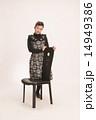 ワンピース アップヘアー 椅子の写真 14949386