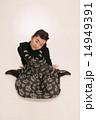 座る ワンピース アップヘアーの写真 14949391