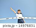 青空で走る女の子(体操服、ゴールテープ) 14976831