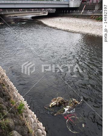 川に捨てられた自転車 14982597