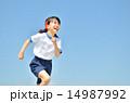 青空で走る女の子(体操服) 14987992