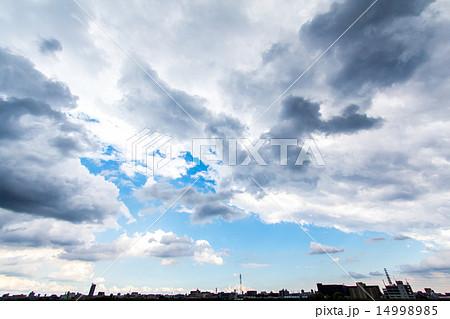 春の曇り空 雲の切れ間から覗く青空 14998985