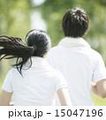 ジョギングをするカップルの後姿 15047196