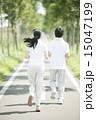 一本道でジョギングをするカップルの後姿 15047199