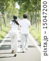 一本道でジョギングをするカップルの後姿 15047200