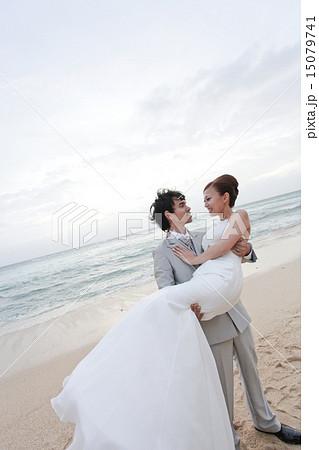 海をバックにビーチウェディング/お姫様抱っこ新郎新婦2の写真