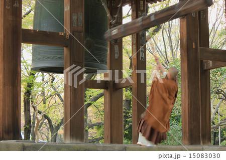 お寺の鐘つき 東京・増上寺 15083030