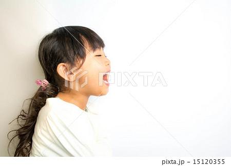 横顔 笑顔 女の子 の写真素材 15120355 Pixta