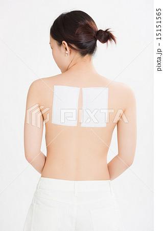 肩甲骨に湿布を貼った若い女性 15151565