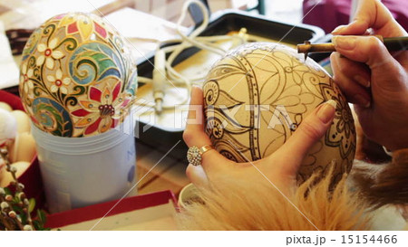 Man paints the Easter Egg 15154466