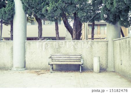 ベンチのある風景 壁際のベンチ 15182476