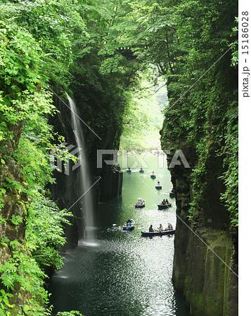 九州の高千穂峡で滝の落ちるそばでボートを漕いでいる風景 15186028
