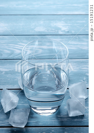 Glass of water and melting ice cubesの写真素材 [15191231] - PIXTA