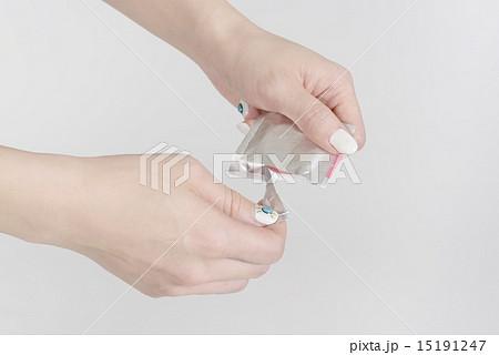 コンドームを持つ若い女性の手 15191247
