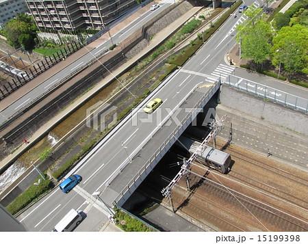 天井川の下を走る電車 15199398