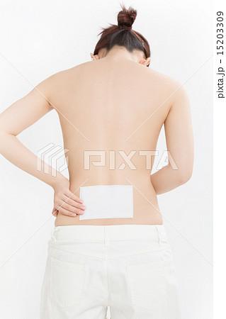 腰痛に悩む若い女性 15203309