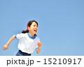 青空で走る女の子(体操服) 15210917