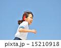 青空で走る女の子(体操服) 15210918