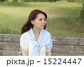 公園でベンチに座る女性 15224447