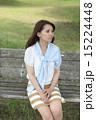 公園でベンチに座る女性 15224448