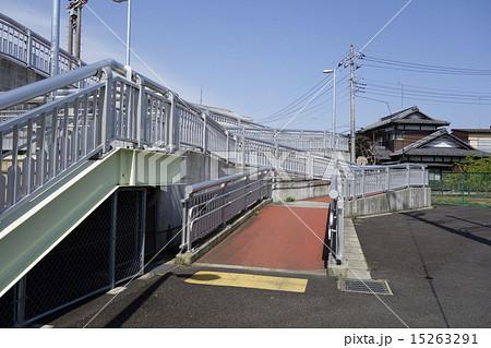 車椅子も通れるスロープの歩道橋 15263291