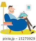 雑誌を読むソファーに座った男性 15270929