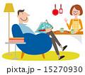 ソファーに座った男性とキッチンにいる女性 15270930