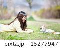愛犬と公園で遊ぶ女の子 15277947