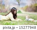 愛犬と公園で遊ぶ女の子 15277948