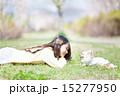 愛犬と公園で遊ぶ女の子 15277950
