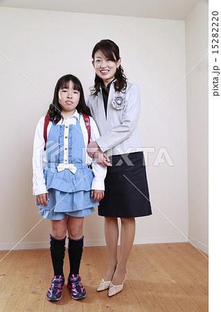 母親と小学生の娘 15282220