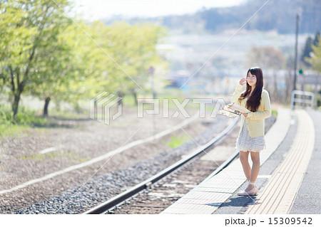 駅のホームで電車を待つ可愛い女の子の写真素材 15309542 Pixta