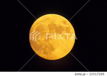 琥珀色の月 amber month ofの写真素材 15317266 pixta