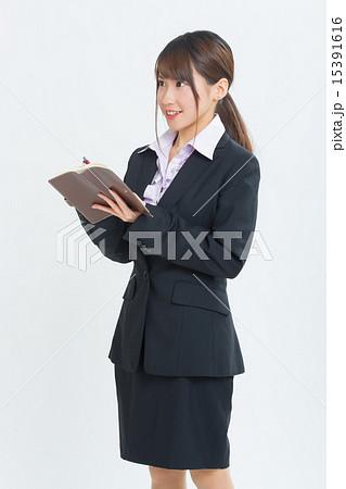 スーツを着た若いOL 15391616