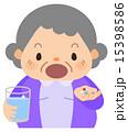 おばあちゃん_処方薬を飲む 15398586