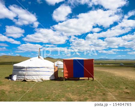 モンゴル国のゲル 草原 大自然 青空 15404765