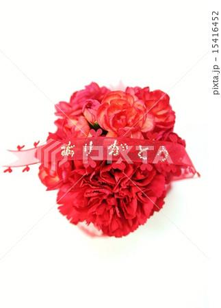 母の日父の日・赤いカーネーションの丸型花束に「ありがとう」アップ・白バック縦位置赤リボン中央 15416452